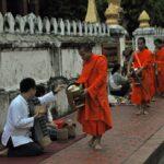 tak bat...la questua dei monaci all'alba (luang prabang) - foto di andrea cassano